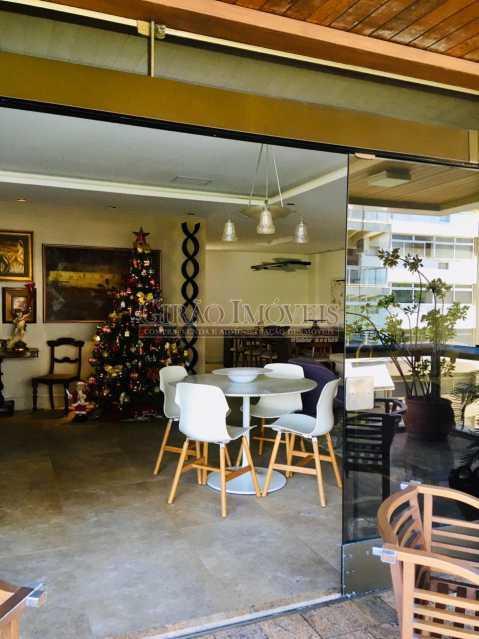 2 - Apartamento reformado com 03 suítes (01 master com closet), sala 02 ambientes avarandada, cozinha planejada, 2 dependências completas, 3 vagas na escritura. - GIAP31546 - 4