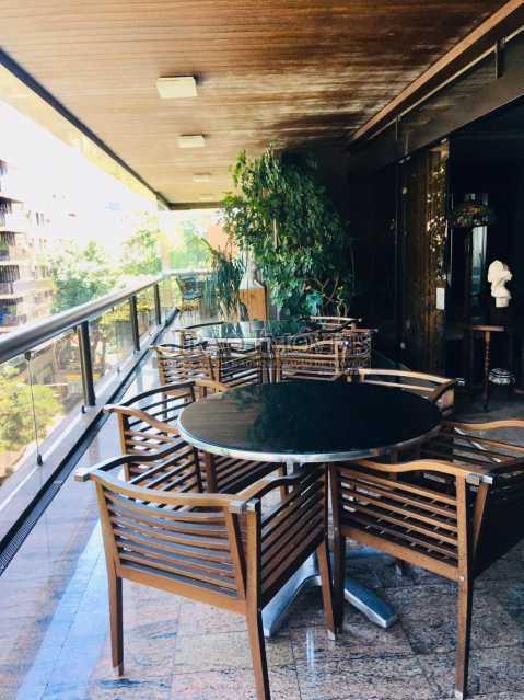 4 - Apartamento reformado com 03 suítes (01 master com closet), sala 02 ambientes avarandada, cozinha planejada, 2 dependências completas, 3 vagas na escritura. - GIAP31546 - 3