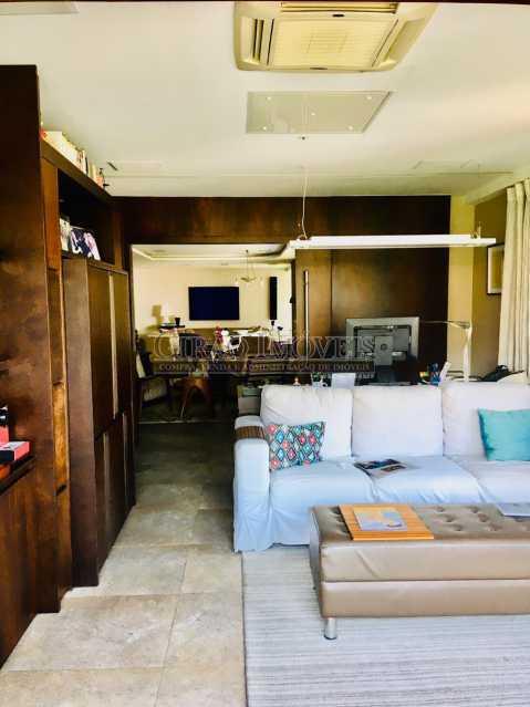5 - Apartamento reformado com 03 suítes (01 master com closet), sala 02 ambientes avarandada, cozinha planejada, 2 dependências completas, 3 vagas na escritura. - GIAP31546 - 6