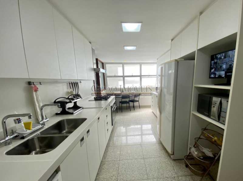 6 - Apartamento reformado com 03 suítes (01 master com closet), sala 02 ambientes avarandada, cozinha planejada, 2 dependências completas, 3 vagas na escritura. - GIAP31546 - 7