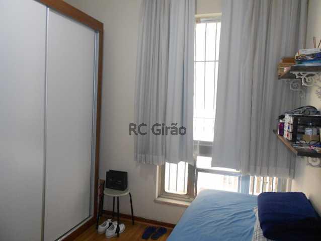 5 - Encontrei !!!! A partir de agora já posso pensar em me mudar. Apartamento com ótima localização, em Copacabana, edifício muito bem cuidado, portaria 24h, composto de 2 quartos com armários embutidos, 01 salão amplo em 02 ambientes (estar e jantar), 01 b - GIAP20192 - 20