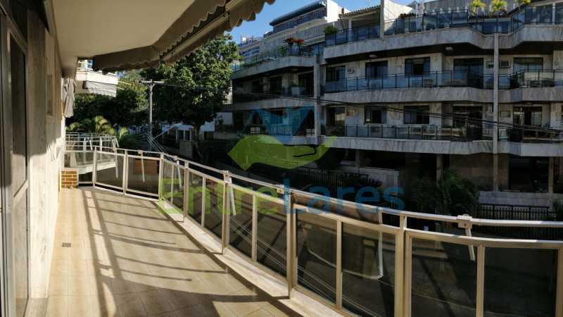 02_Sala_varanda - Jardim Guanabara sala com varanda, 3 quartos planejados sendo 1 suíte com hidromassagem com varanda com vista mar, cozinha ampla com armários. 2 vagas de garagem sendo 1 coberta. Rua Agostinho dos Santos. - ILAP30311 - 3